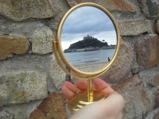 Bestimmt von Ebbe und Flut ist der Zugang zur hier gespiegelten Insel St. Micheal's Mount an der Südwestspitze Englands.