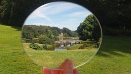 Erster Blick durch den Spiegel auf den traumhaften Garten von Stourhead.